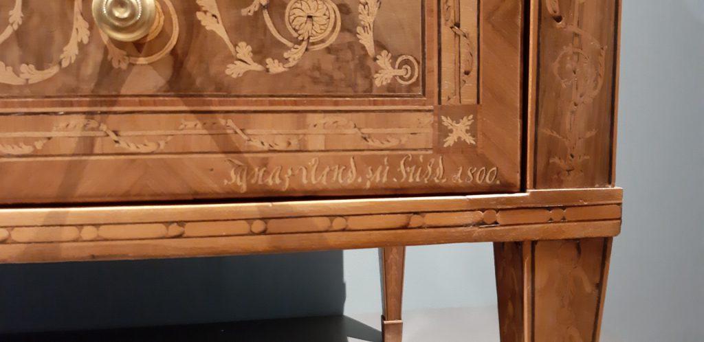 Bild 4: Signatur des Ebenisten Ignaz Arnd auf der Front der Schreibkommode (Foto: Christian Huber)