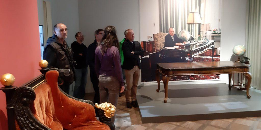 Bild 6: Exkursionsgruppe neben Adenauers Schreibtisch (Foto: Christian Huber)