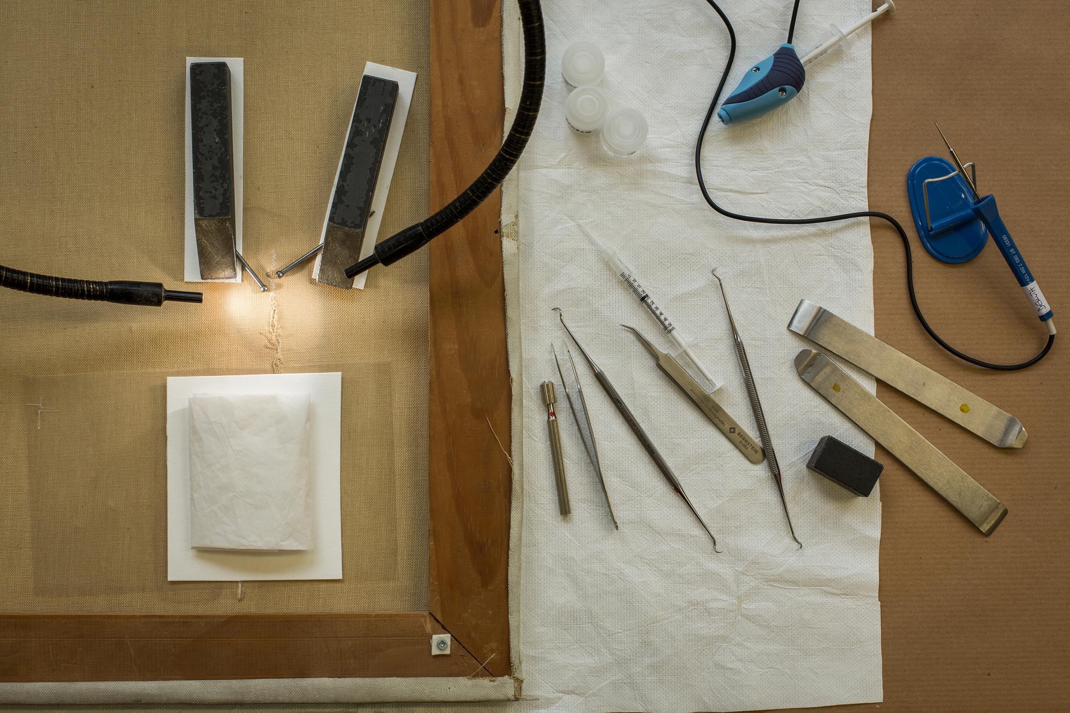 Werkzeuge für die Einzelfadenverklebung (Bild: Heike Fischer/TH Köln)