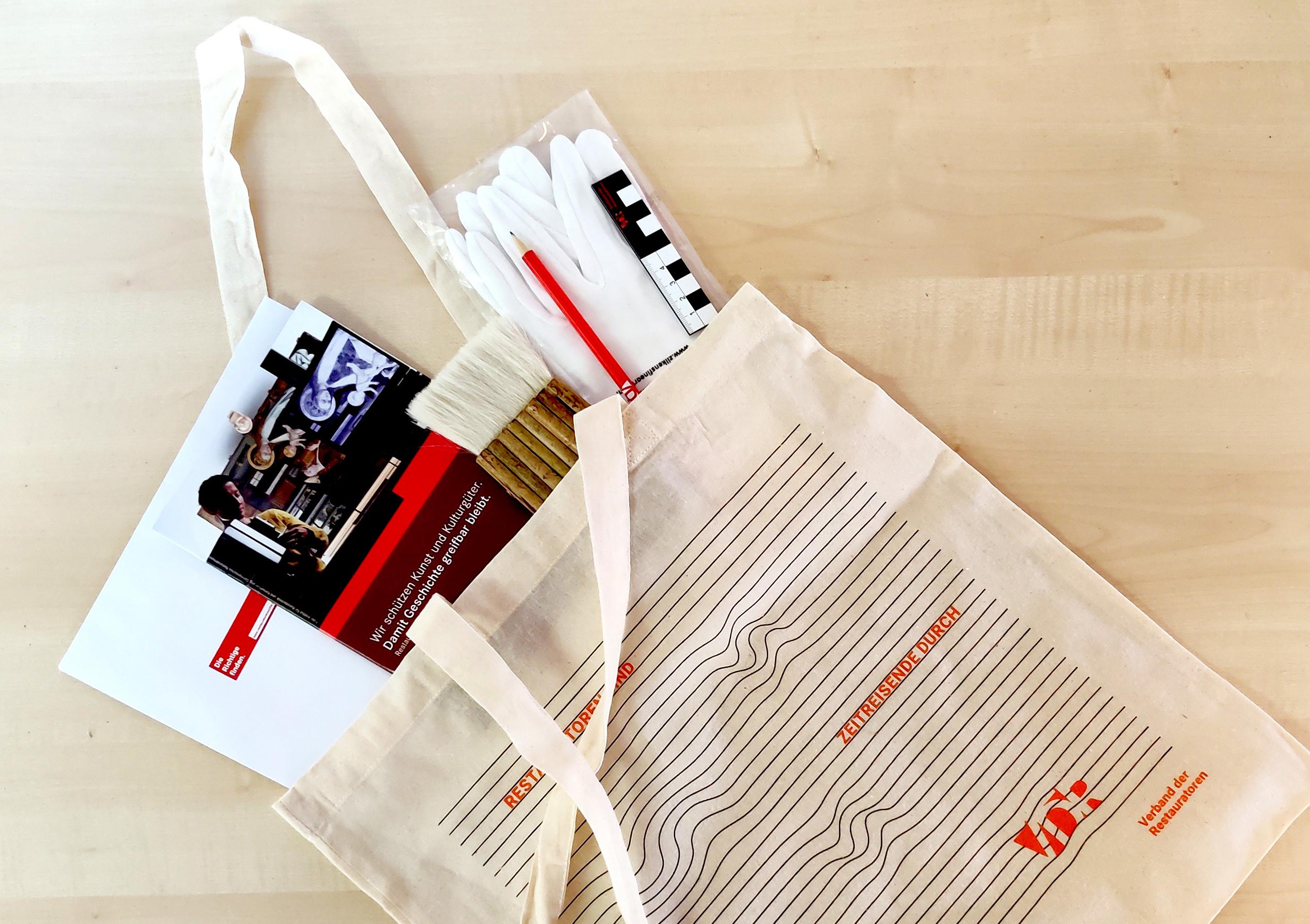 Zur Erstsemester-Begrüßung packt die VDR-Geschäftsstelle Taschen mit Pinseln, Maßstäben, Handschuhen, Stiften, Blöcken und Informationsmaterial.