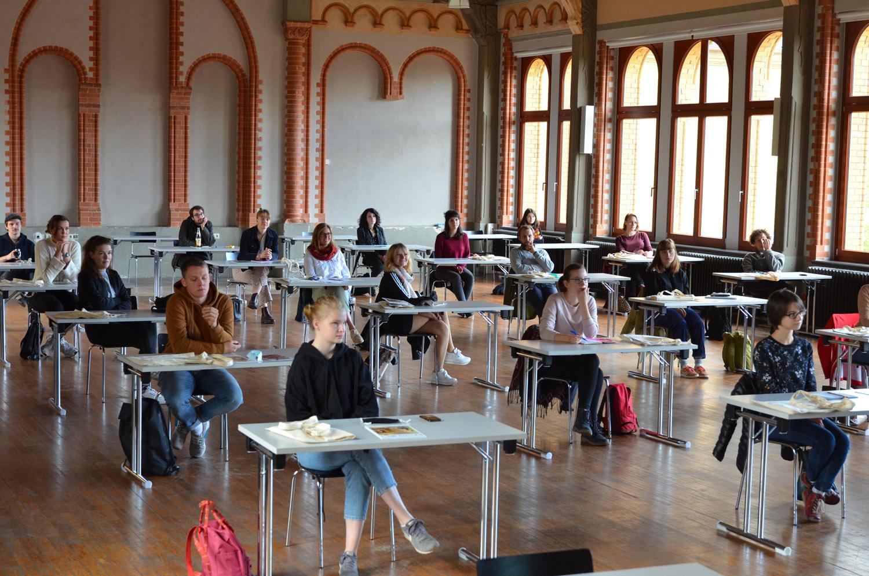Einführungsveranstaltung in Hildesheim. Studieren geht aktuell nur mit viel Abstand. Foto: HAWK