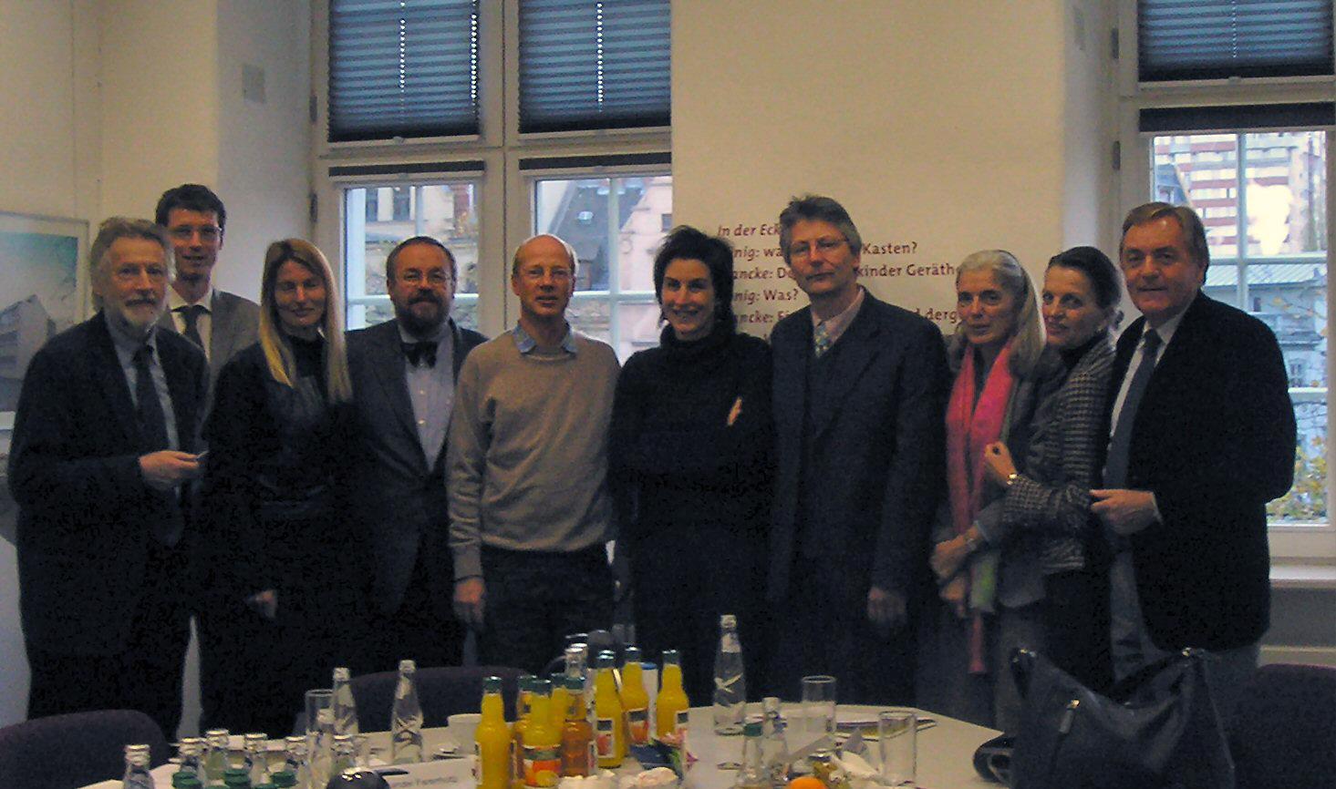 Teilnehmer:innen der Kuratoriumssitzung des KUR-Programms am Sitz der BKS in Halle, Francke'schen Stiftung, darunter auch die Restauratoren und Kuratoriumsmitglieder Kornelius Götz (VDR-Präsident) und Ulrich Schießl (HfBK Dresden).