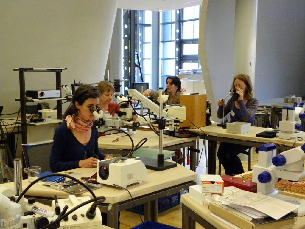 Die Seminarreihe zur Rissvernähung und zur Rissverklebung nimmt ihren Anfang. Hier ein Foto von 2011. Foto: Anrea Sartorius