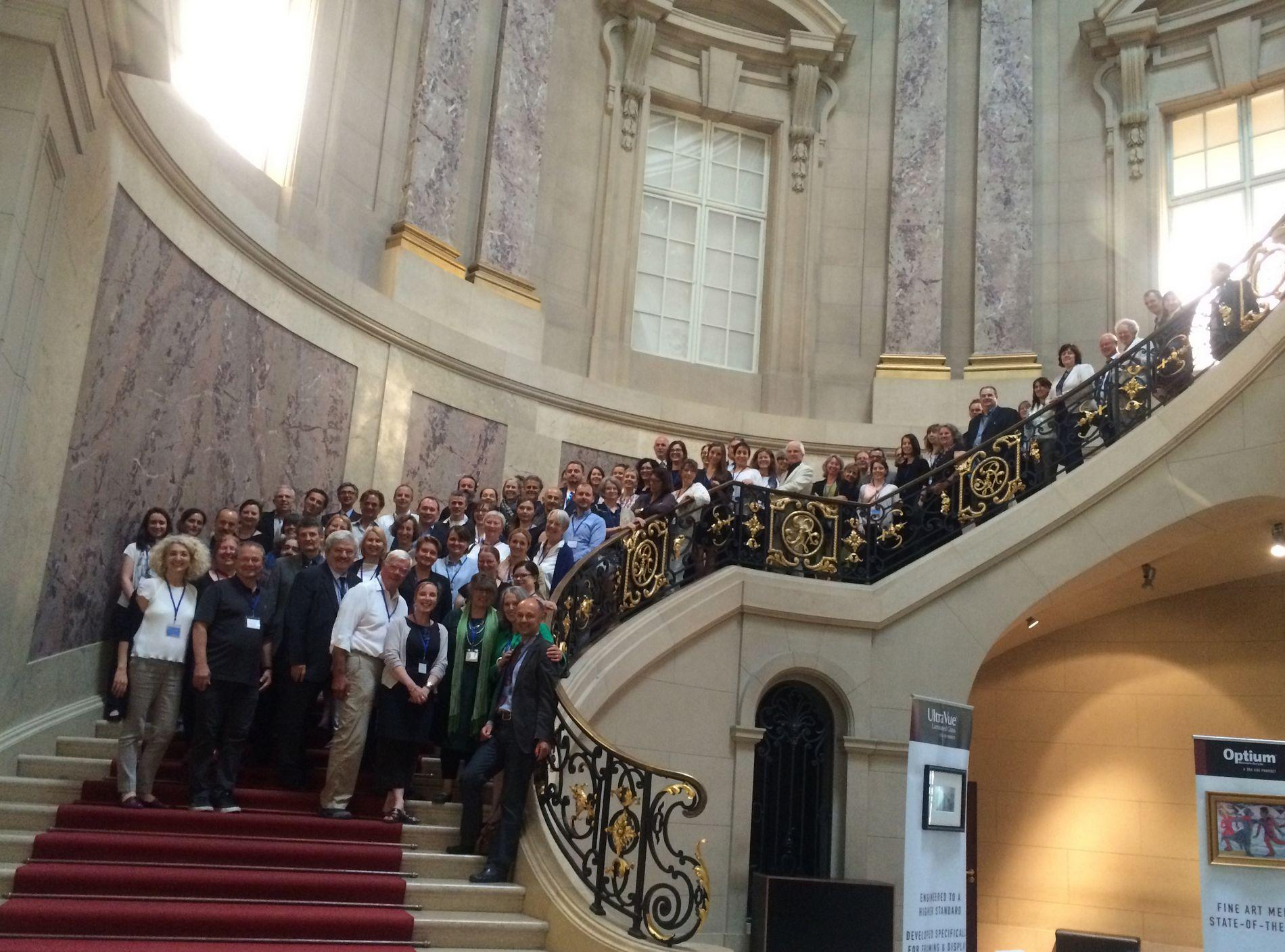 E.C.C.O. feiert sein 25jähriges Jubiläum auf Einladung des VDR in Berlin. Im Bild: Die Teilnehmer:innen im Treppenhaus des Bodemuseums.