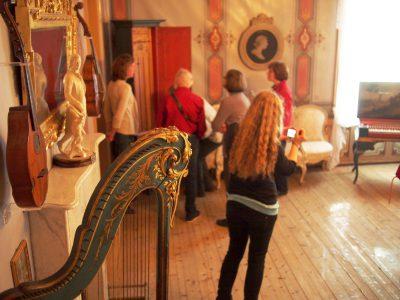 Hoch im Norden, im norwegischen Trondheim traf sich die Fachgruppe Musikinstrumente am 19. und 20. August 2014 zu einer Tagung. Im Bild: Führung durch die Sammlung. Foto: Markus Brosig und Anne Jacobsen