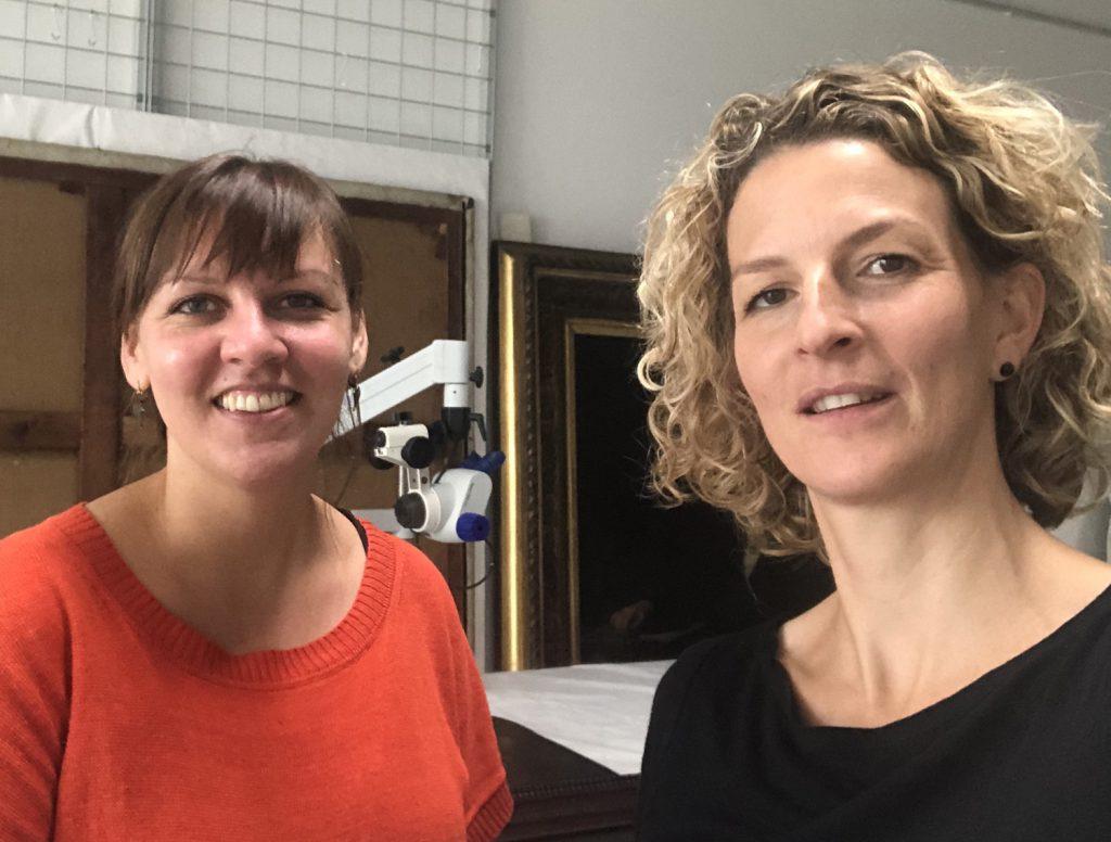 Linda Schäfer Krause (li.) in ihrem Atelier mit Simone Heuken.