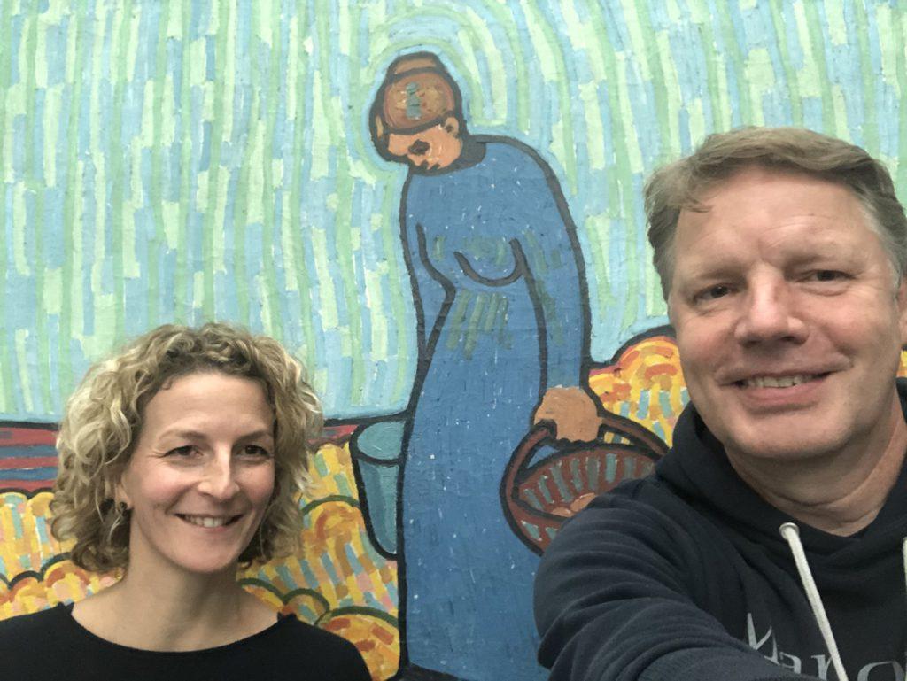 """Simone Heuken (li.) mit Börries Brakebusch vor der """"Blauen Frau""""."""