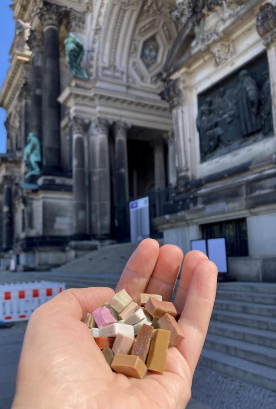 Mosaiksteine aus dem Berliner Dom wurden an die Fachhochschule Potsdam übergeben. Foto: Prof. Dr. Jan Raue, FHP.