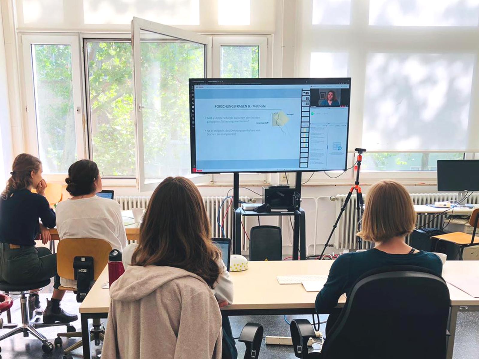 Das Tegungsteam verbrachte die Zeit im Konferenzraum an der TH Köln während 120 weitere Teilnehmer:innen zu Hause online den Vorträgen lauschten. Foto: Laura Peters