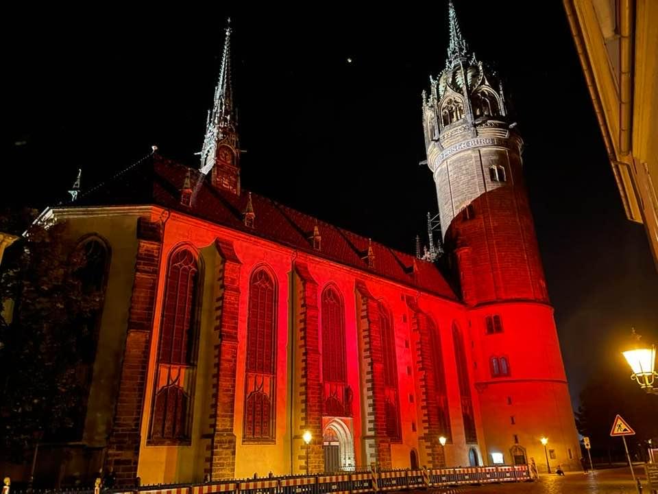 In allen Farben leuchtete die Schlosskirche am Vorabend.