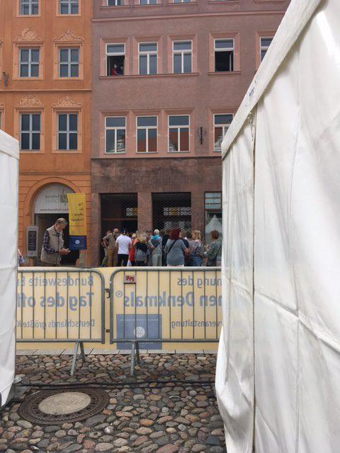 Hinter dem Pagodenzelt des VDR befand sich eine Schaubaustelle, auf der auch Restauratoren über die laufenden Arbeiten informierten. Die Besucher:innen standen fast zwei Stunden an.
