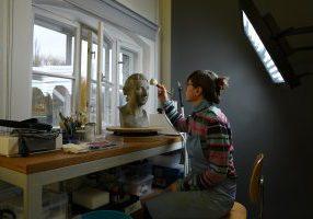 Alexandra Czarnecki restauriert die Büste von Schadow. Foto/©: Staatliche Museen zu Berlin / Alexandra Czarnecki