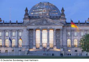 Blick vom Platz der Republik zum Westportal des Reichstagsgebäudes während der Dämmerung. (Deutscher Bundestag/Foto Axel Hartmann)
