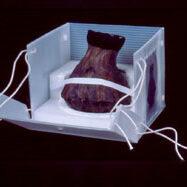 Im Bild wird die Aufbewahrung eines Objektes zum Zwecke der Magazinierung in einer entsprechend individuell angefertigten Box aus höchst alterungsbeständigen, schadstoffgeprüften inerten Materialien demonstriert. Fotos: Hildegard Heine