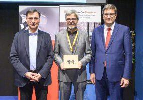 Der VDR erhält den Riegel-Kulturpreis 2019. Im Bild v.li.: Dr. Bertold Schmitt, Prof. Dr. Jan Raue, Prof. Dr. Eckart Köhne. (Foto: KoelnMesse)