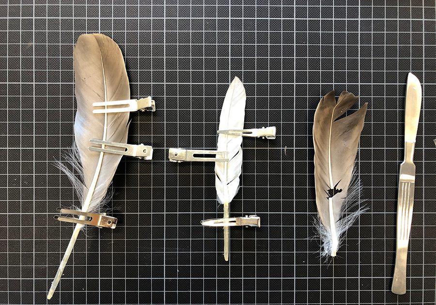 Hier wurden kreative Sicherungsmethoden von Federn erprobt. Klammern aus dem Friseurbedarf halten die Federn während des Abbindeprozesses einer Klebung in Form. (Foto © TH Köln - CICS - Laura Peters)